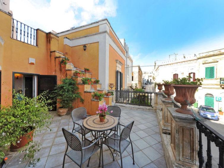 "Carovigno. Petite résidence ancienne, historique ""Carovigno"", de 2 étages. Au centre de Carovigno, à 9 km du ce"