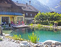 Haus Katharina parkolóval és medencével