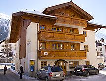 Chasa per la Punt yakınında kayak alanı ve dağ yürüyüşü için