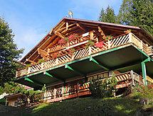 Moser mit bedachtem Parkplatz und Balkon
