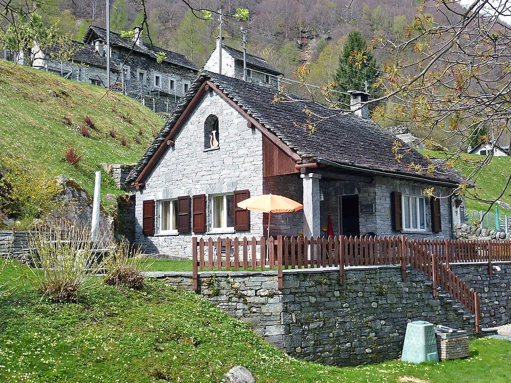 Casa di vacanza casa la rustica val verzasca for Piani di casa contemporanea rustica