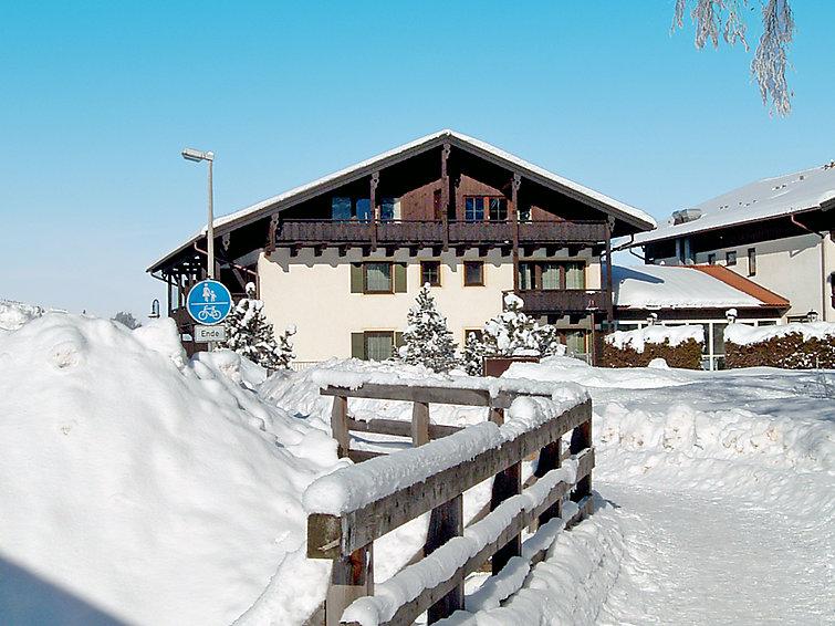 Ferielejlighed Alpina med overdækket parkeringsplads og terrasse