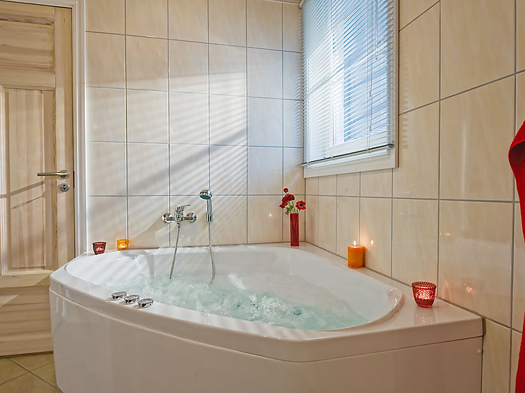 At the lake a spacious villa (8p) with sauna and whirlpool at holidaypark Schlosspark Bad Saarow nearby Berlijn (I-69)