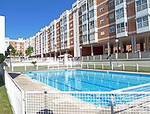 med pool och Med lekplats för barn