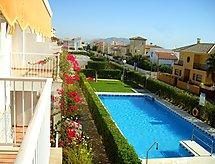 Sierra Mar con piscina y jardín