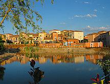 Village d'Oc med terrasse og barneseng