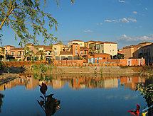 Village d'Oc med parkering og mikrobølgeovn