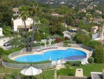 édère con terraza y piscina