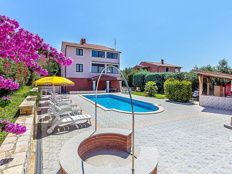 Ferielejlighed HOUSE SILVA med pool og parkering