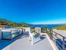 Itana mit Pool und Terrasse