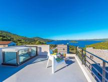 Itana con piscina y terraza