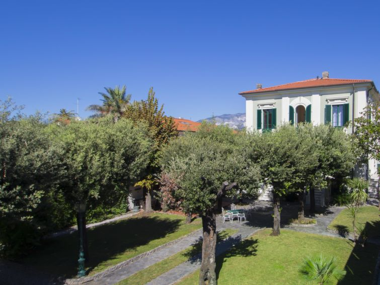 Villa Nicodemi Basement Apartment in Forte dei Marmi