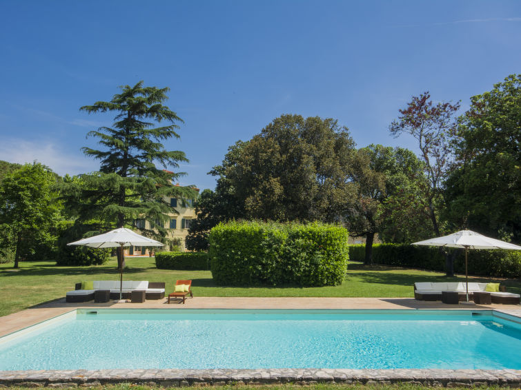 Spacious luxury group villa (27p) nearby the center of Pisa in Italy (I-706)