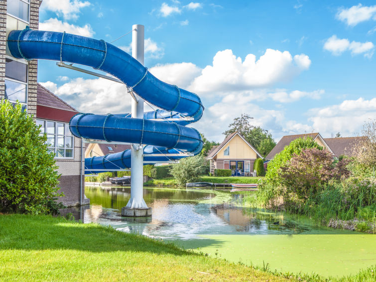 Holiday accommodation with your own pier at holidaypark Zuiderzee at the IJsselmeer 6p-comfort plus (I-66)