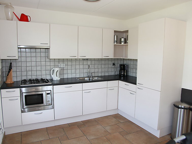 At the sea a spacious detached villa (6p) with fireplace at holidaypark Wiringherlant in Noord-Holland (I-92)