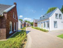 Dormio Resort Maastricht mit Rezeption und Pool
