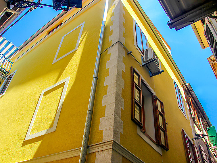 Ferielejlighed Bevk med bruser og terrasse