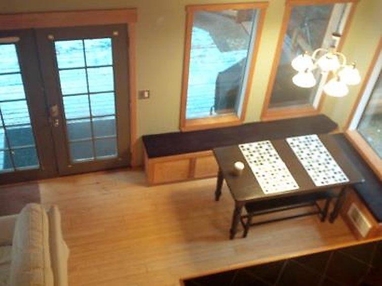 99MBR Woodsy Cabin w Hot Tub WiFi